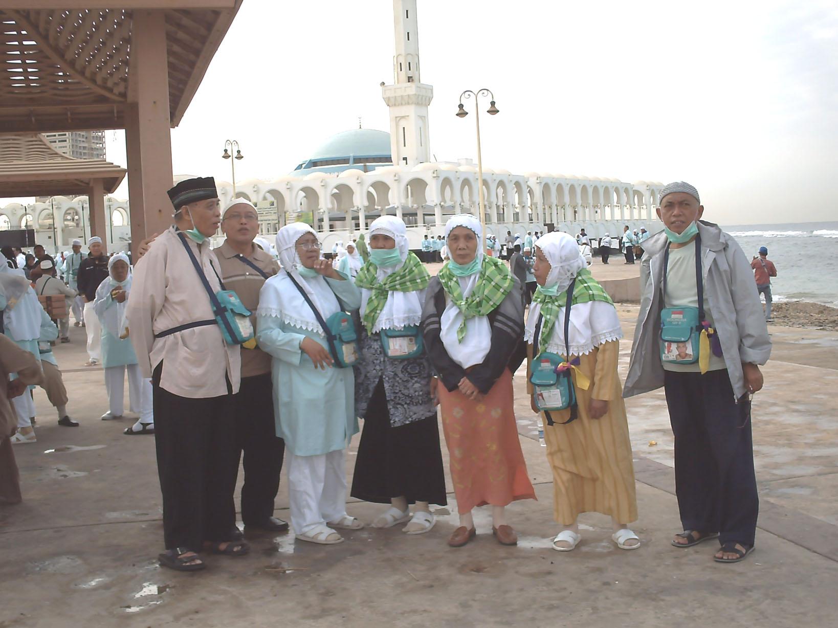 Di depan masjid terapung Laut Merah