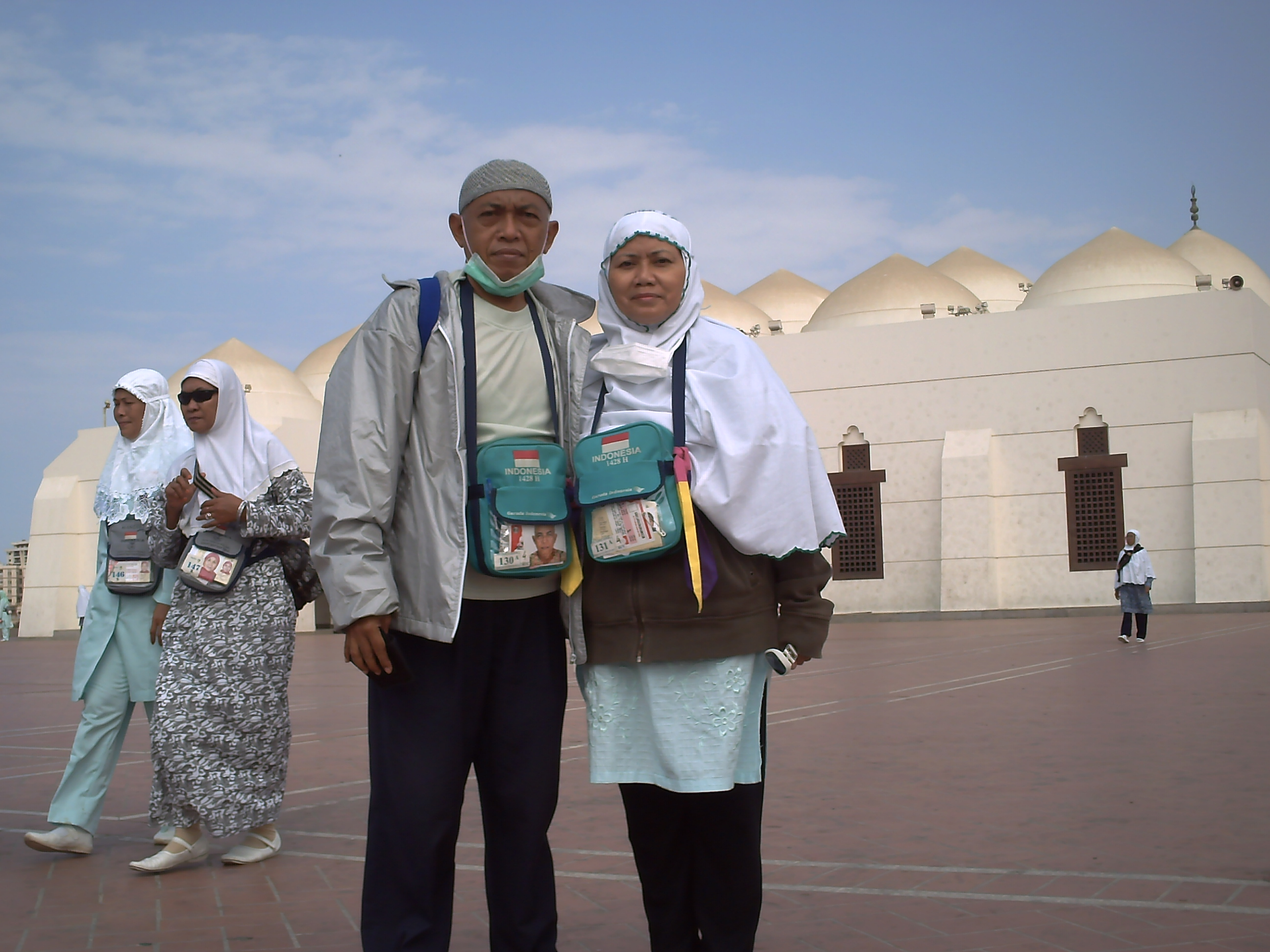 Di depan masjid Qisas